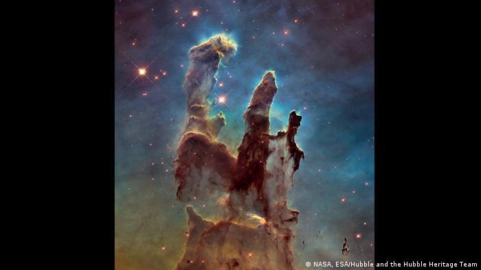 Estas estructuras en forma de columna se encuentran en la nebulosa del Águila, a unos 7.000 años luz de distancia de la Tierra. Fueron documentadas por el Hubble y han recibido reconocimiento mundial bajo el nombre de Pilares de la Creación.