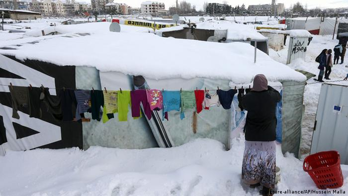 Woman hanging clothes in Lebanon (picture-alliance/AP/Hussein Malla)