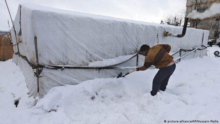 Беженец возле укрытия после снегопада в горном Ливане, январь 2015 года