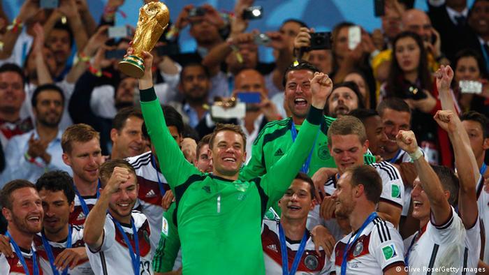Agora capitão da Nationalelf, o goleiro Manuel Neuer quer repetir este gesto em 15 de julho, no Estádio Olímpico de Moscou