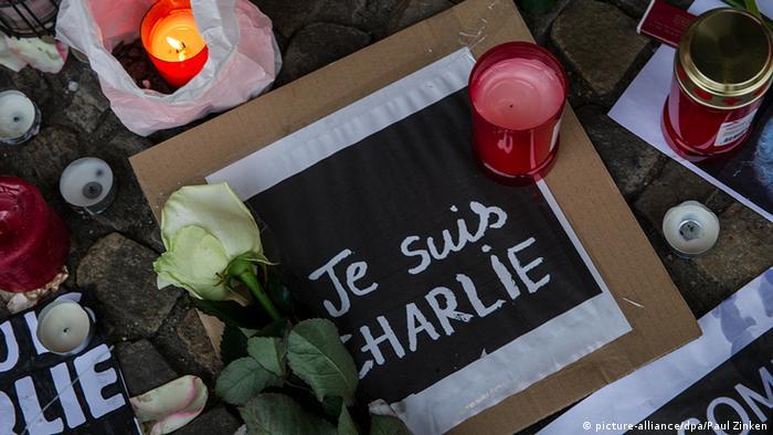 Je suis Charlie vor der französischen Botschaft am Pariser Platz in Berlin Anteilnahme Deutschland