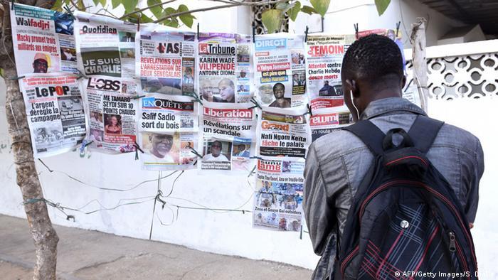 Senegalese betrachtet Titelseiten zum Anschlag auf Charlie Hebdo
