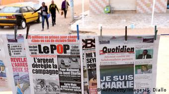 Titelseiten zum Anschlag auf Charlie Hebdo in Dakar, Senegal