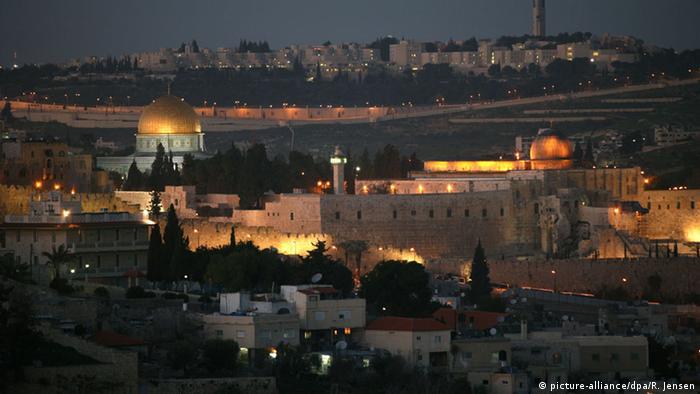 Jerusalén constituye hasta hoy un obstáculo en el camino hacia la paz entre israelíes y palestinos. En 1980, Israel declaró a la ciudad como su capital eterna e indivisible. Jordania renunció en 1988 a sus pretenciones sobre la la Cisjordania y Jerusalén Oriental, en favor de la Organización para la Liberación de Palestina (OLP). Los palestinos conciben a Jerusalén oriental como su capital.
