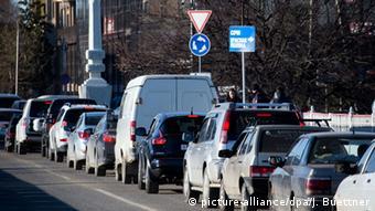Автомобили на дороге в Сочи
