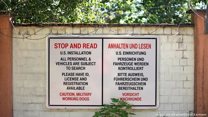 Signs at US barracks in Katterbach (picture-alliance/Daniel Karmann)