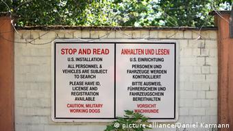 Προειδοποιητικές πινακίδες έξω από αμερικανική βάση στο Άνσμπαχ της Βαυαρίας