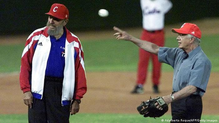 Fidel Castro y Jimmy Carter juegan béisbol.