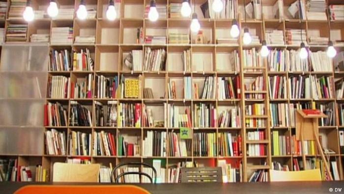 Ein mit Büchern gefülltes FNP-Regal (DW)