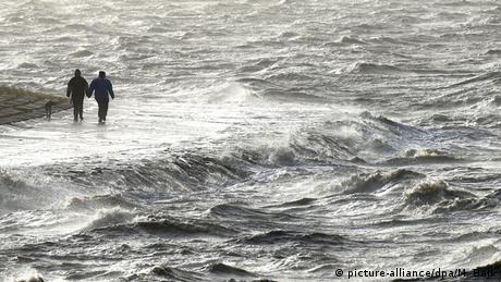 آلمان نیز از پیامدهای گرمایش زمین در امان نخواهد ماند و ممکن است مناطقی در این کشور غیرقابل سکونت شوند. مناطقی که با بالا آمدن آب دریاها مورد تهدید قرار میگیرند، نواحی ساحلی دریای شمال آلمان است. پیشبینی میشود که با افزایش یک متری سطح دریا در مناطق ساحلی آلمان حدود سه میلیون و ۲۰۰ هزار نفر در معرض خطر طغیان قرار خواهند گرفت.