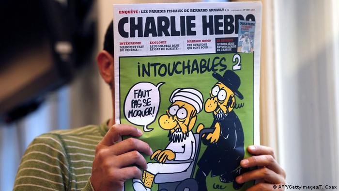 Mann liest Charlie Hebdo-Ausgabe mit Mohammed-Karrikatur auf dem Cover - (Foto: Thomas Coex AFP)