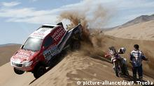 dpatopbilder epa04550187 South African driver Giniel De Villiers and his German co-driver Dirk Von Zitzewitz of Toyota team pass next to Argentinian rider Kevin Echeveste (R) during the fourth stage of 2015 Rally Dakar running between Chilecito (Argentina) and Copiapo (Chile) 07 January 2015. EPA/FELIPE TRUEBA +++(c) dpa - Bildfunk+++ pixel