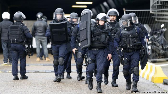 حدود ۹۰ هزار مامور پلیس و انتظامی برای دستگیری عاملان حملات تروریستی در فرانسه بسیج شدند
