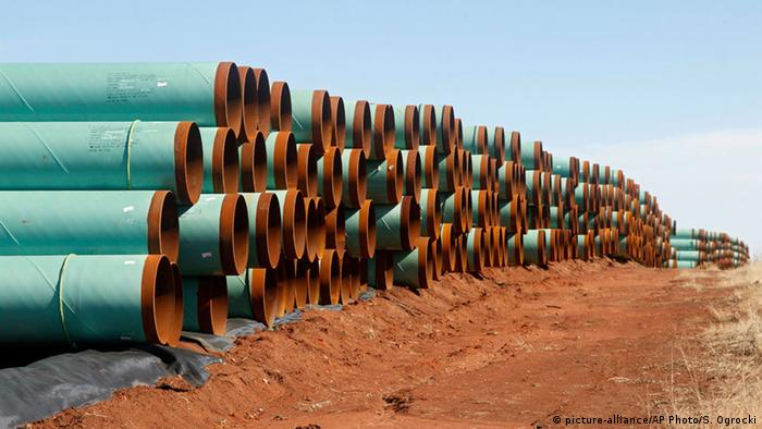 miles of pipe ready to become part of the Keystone Pipeline are stacked in a field near Ripley, Okla (picture-alliance/AP Photo/S. Ogrocki)