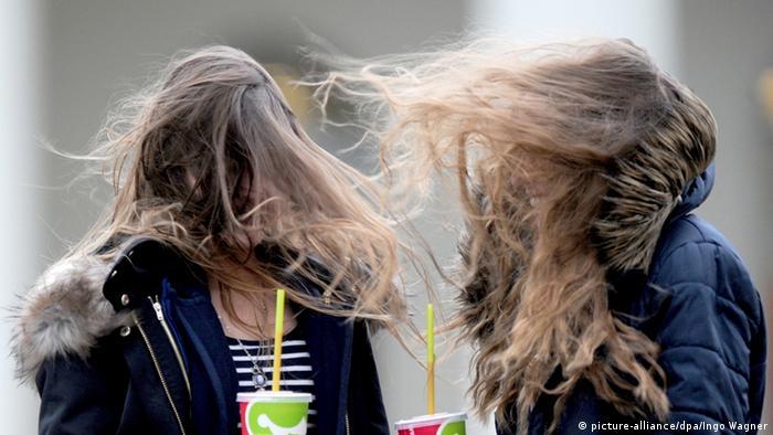 Die Haare zweier Mädchen wehen im Wind