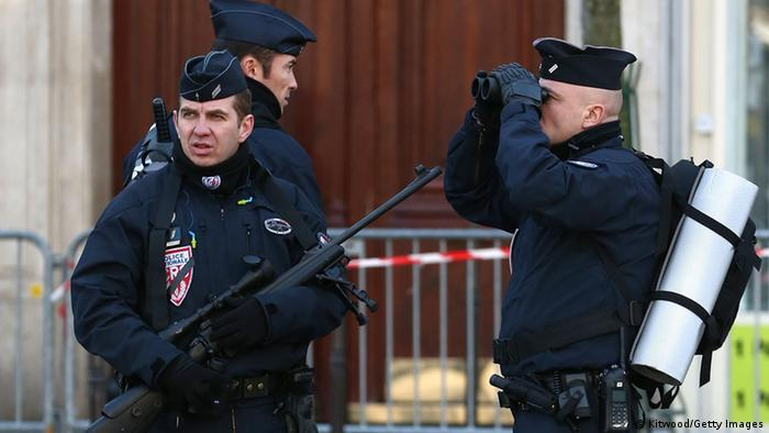 Polizisten sichern den Trauermarsch in Paris (Foto: Getty)