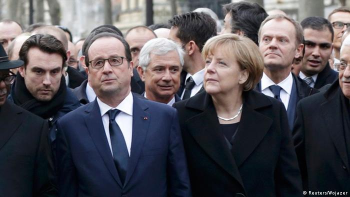 Hollande und Merkel an der Spitze des Marsches (Foto: dpa)