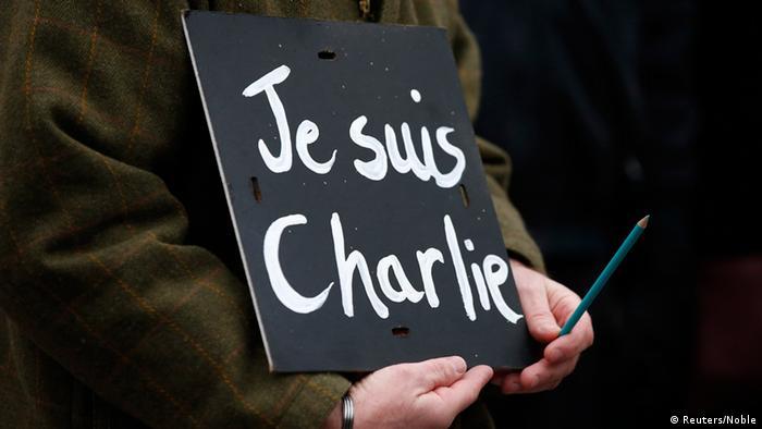 Schwarzes Pappschild, auf dem mit weißer Schrift steht: Je suis Charlie (Quelle: Reuters/Phil Noble)