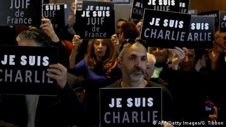 People hold up signs reading Je Suis Charlie (AFP/Getty Images/G. Tibbon)