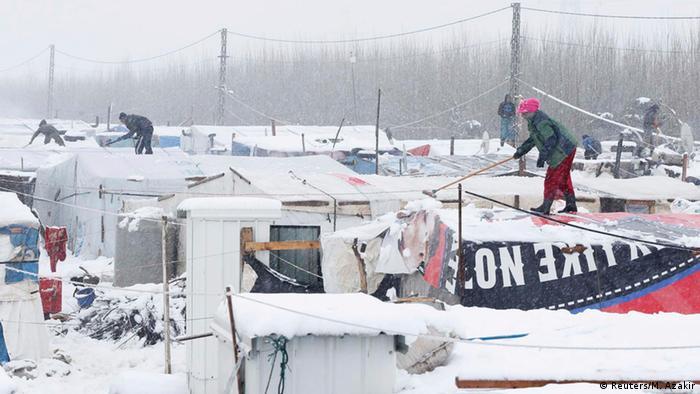 Schnee auf Zeltdächern in einem syrischen Flüchtlingslager auf der Bekaa-Hochebene im Libanon.