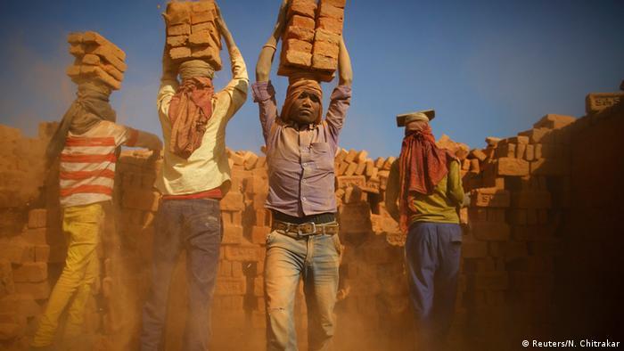 Indien Arbeiter in einer Ziegelfabrik 12.01.2015