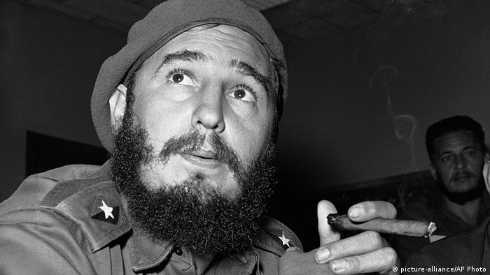 Kuba Fidel Castro mit Zigarre (picture-alliance/AP Photo)