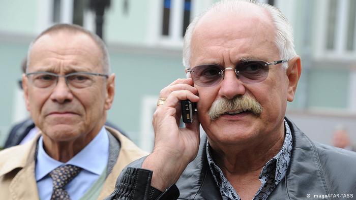 Андрей Кончаловский (слева) говорит, что брат Никита Михалков (справа) научил его любить родину