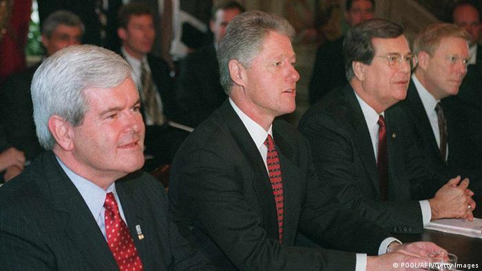 Hasta 1995, los presupuestos se aprobaron sin grandes problemas. Pero ese año Bill Clinton se enfrentó a Bob Dole en el Senado y Newt Gingrich en la Cámara. El Congreso liderado por los republicanos quería un presupuesto balanceado a siete años, mayores primas de Medicare y retrocesos en las regulaciones ambientales. Pasaron 27 días antes de que hubiera acuerdo. ¿El costo? Mil millones de dólares.