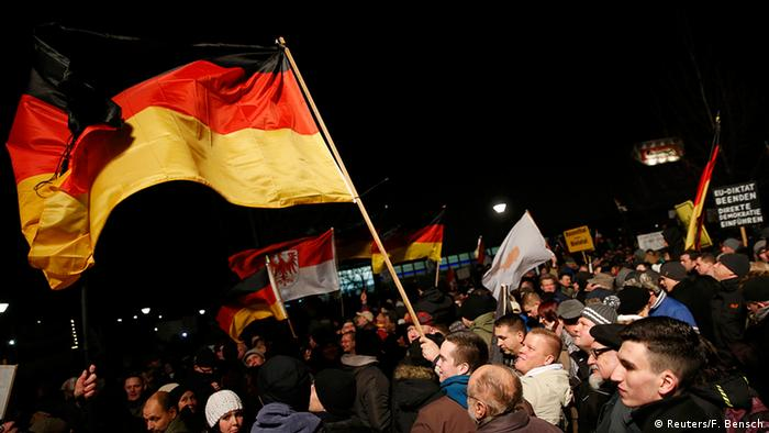 Demonstranten mit deutscher Flagge Foto: Reuters/F. Bensch