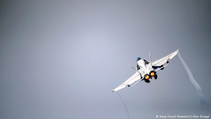 Cамолет F/A-18 (фото из архива)