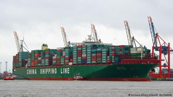 Containerschiff CSCL Globe (picture-alliance/dpa/D. Bockwoldt)