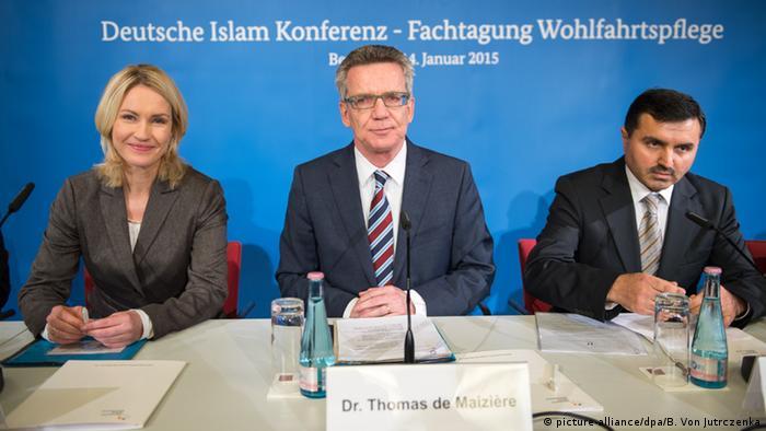 Bundesfamilienministerin Manuela Schwesig, Bundesinnenminister Thomas de Maiziere und und Erol Pürlü, Sprecher des Koordinationsrates der Muslime (Foto: dpa)