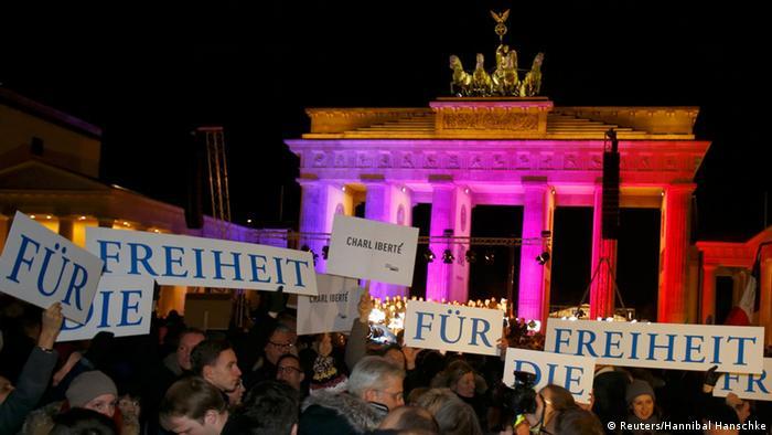Mahnwache für Terroropfer am Brandenburger Tor (Foto: Reuters/Hannibal Hanschke)