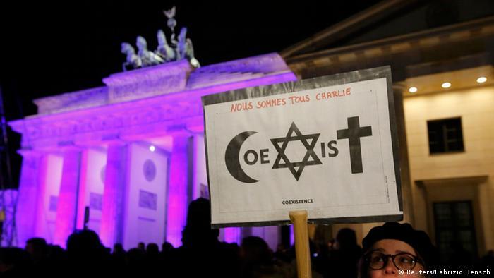 Berlin Mahnwache für Terroropfer am Brandenburger Tor 13.01.12014