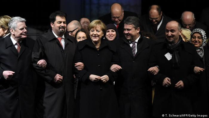Berlin Gruppenbild bei Mahnwache für Terroropfer am Brandenburger Tor 13.01.12014