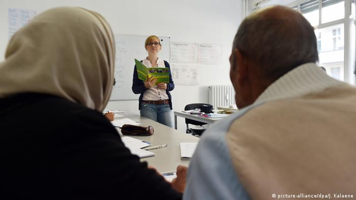 A man and woman in a German language course, Copyright: picture-alliance/dpa/J. Kalaene