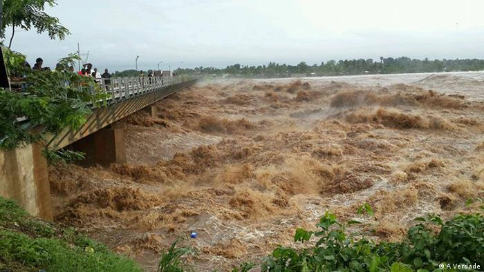 O desabamento da ponte sobre o rio Licungo deixou intransitável a Estrada Nacional Número 1, a única que liga o sul e o centro ao norte de Moçambique