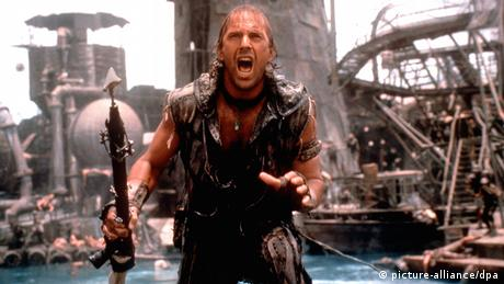 Kevin Costner in a scene from Waterworld (picture-alliance/dpa)