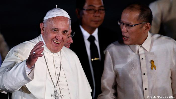 Pope Francis waves to the crowd next to President Benigno Aquino upon his arrival at Villamor Air Base for a state and pastoral visit, in Manila January 15, 2015 (Photo: REUTERS/Erik De Castro)