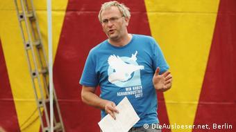 Jochen Fritz steht vor einer farbigen Wand (Foto: Die Ausloeser.net, Berlin)