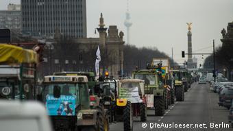 Trecker fahren auf dem Berliner Boulevard auf die Siegessäule zu. Eine Aktion von Wir haben es satt! (Foto: Die Ausloeser.net, Berlin)