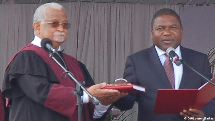 Hermenegildo Gamito (esq.), presidente do Tribunal Constitucional, e Filipe Nyusi, o novo Presidente de Moçambique