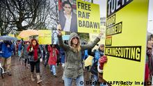 Bildunterschrift:People take part in a protest by Amnesty International, for the immediate release of the Saudi blogger Raif Badawi, in front of the Saudi Embassy in The Hague, on January 15, 2015. Badawi put on the website 'Freed Saudi liberals 'and was arrested in 2012. He was sentenced to ten years in prison, converted 226,000 euro fine and a thousand lashes. AFP PHOTO / ANP / MARTIJN BEEKMAN ***netherlands out*** (Photo credit should read Martijn Beekman/AFP/Getty Images)