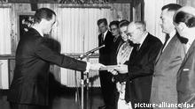 Als erster Botschafter der Bundesrepublik Deutschland überreicht Dr. Rolf Pauls (l) am 19. August 1965 dem israelischen Staatspräsidenten Salman Schasar sein Beglaubigungsschreiben.
