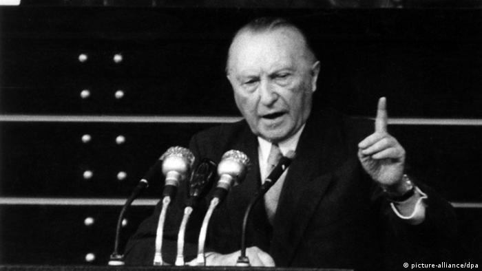 Федеральний канцлер Конрад Аденауер виступає 27 травня 1955 року у боннському Бундестазі