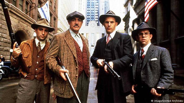 Andy Garcia, Sean Connery, Kevin Costner, Martin Smith mit Gewehren in einer Szene aus Die Unbestechlichen