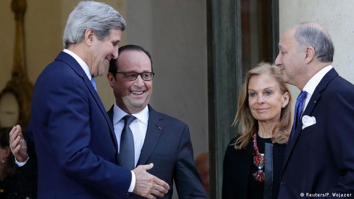 Waziri wa Mambo ya nchi za je wa Marekani (kushoto) akizungumza na rais Hollande (2.kushoto)