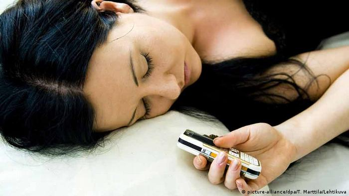 Schlafende Frau mit Mobiltelefon (Foto: dpa)