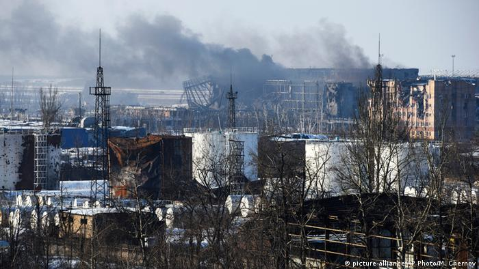 Найбільше цивільних загинуло в 2014-15 роках (на фото - під час боїв за Донецький аеропорт у січні 2015 року)