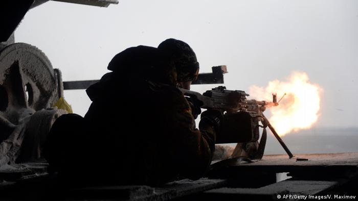 Солдат, стреляющий из пулемета на востоке Украины